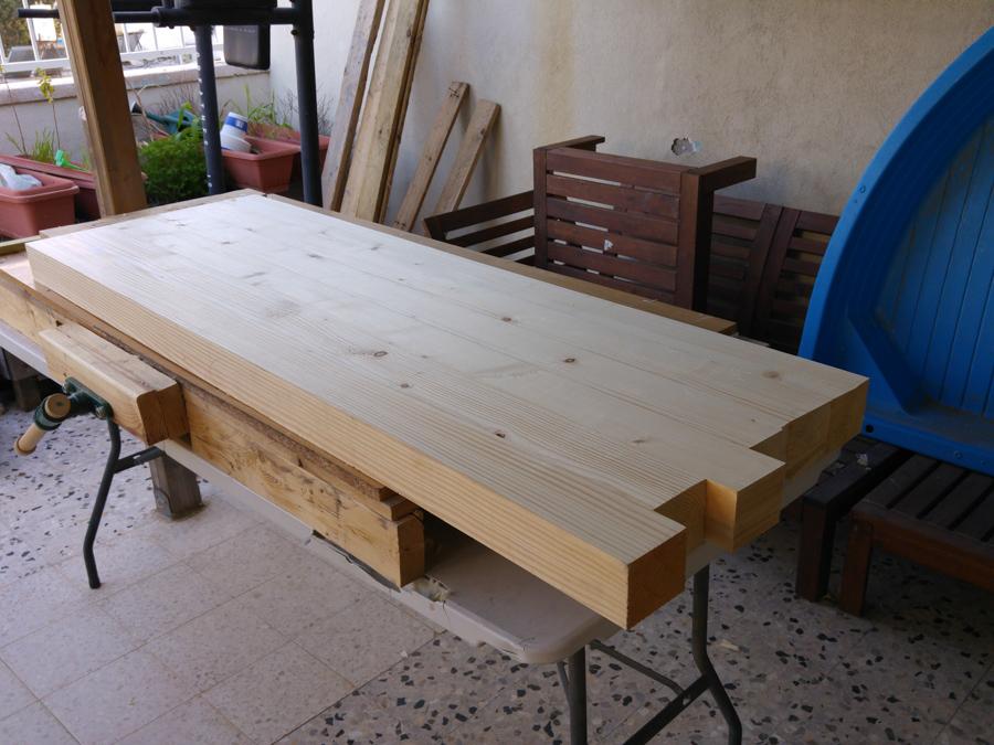 הקצע וישור של פלטת השולחן