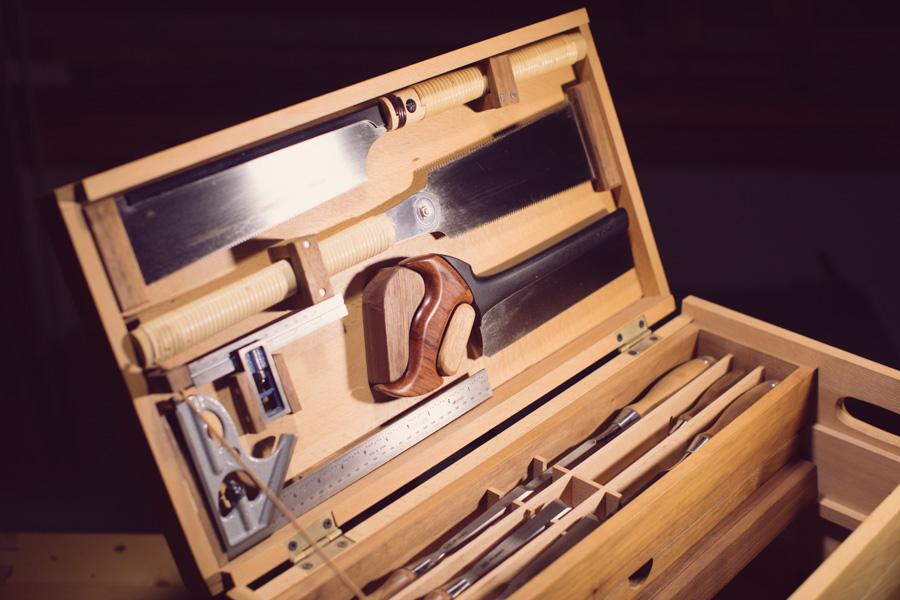 ארגז כלים מעץ עם מסורים