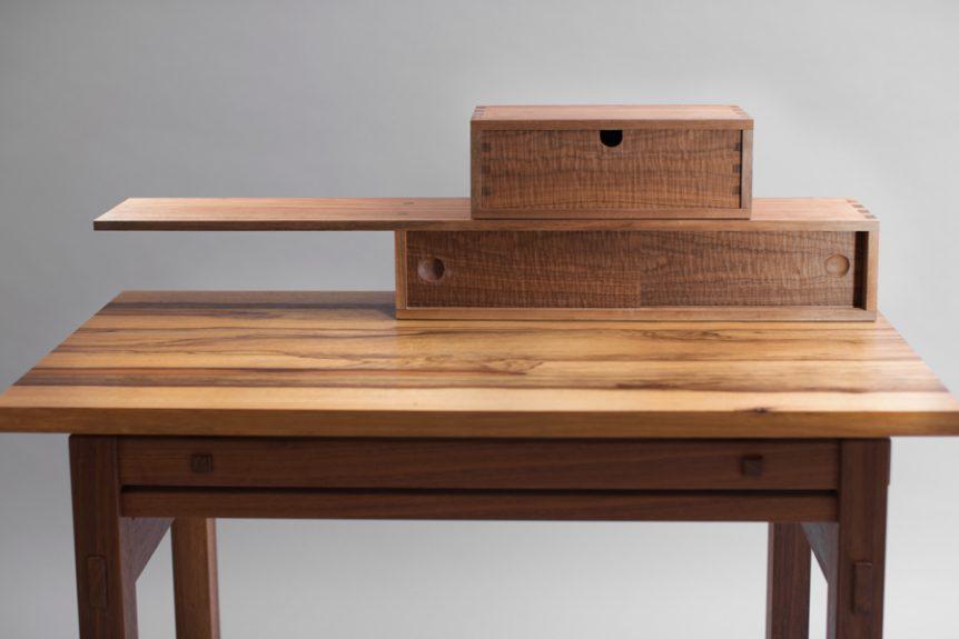 שולחן איפור ומגירות