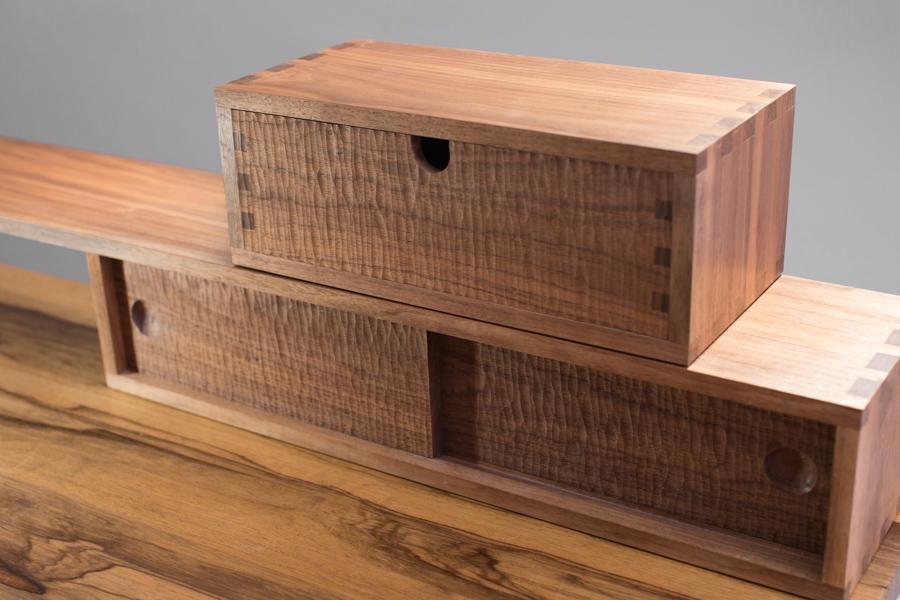 שולחן איפור ומגירות מעץ